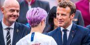 Gianni Infantino och Emmanuel Macron gratulerar Megan Rapinoe. SIMON HASTEGÅRD / BILDBYRÅN