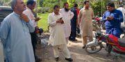 Människor i Peshawar samlas utomhus efter jordbävningen.  FAYAZ AZIZ / TT NYHETSBYRÅN