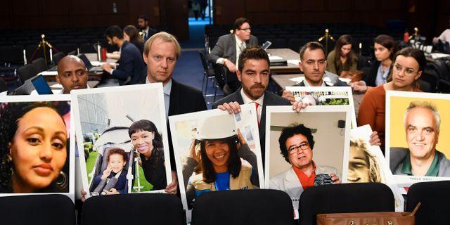Arkivbild: Bilder på några av de människor som dog i flygkrascherna med Boeings 737 Max-plan hålls upp i den amerikanska senaten, inför en session om 737 Max-planens framtid.  Susan Walsh / TT NYHETSBYRÅN