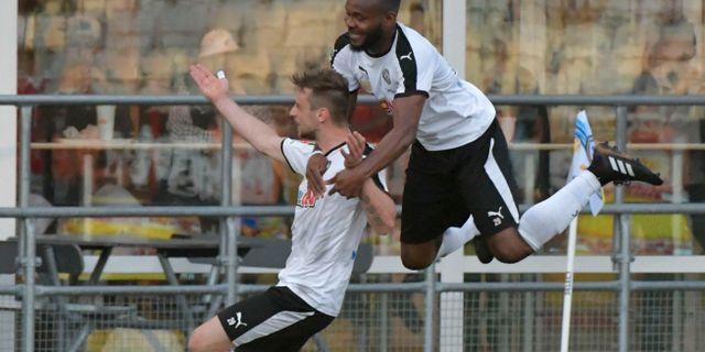 Örebros Filip Rogic (vänster) har slagit in sitt andra mål 2-1 och hyllas av Michael Junior Omoh. Conny Sillén/TT / TT NYHETSBYRÅN