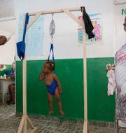 Ett barn vägs på en sjukhusklinik som drivs av Unicef i Les Cayes på Haiti.  Joseph Odelyn / TT NYHETSBYRÅN