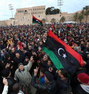 Människor under en begravning efter stridigheter i januari. Hazem Ahmed / TT NYHETSBYRÅN