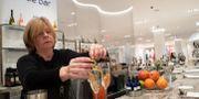 Illustrationsbild: Bartender serverar drinkar i en lyxig skobutik i New York. Mary Altaffer / TT NYHETSBYRÅN