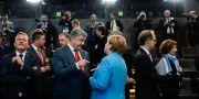 Tysklands förbundskansler Angela Merkel tillsammans med bland annat Ukrainas president Petro Porosjenko. Markus Schreiber / TT / NTB Scanpix