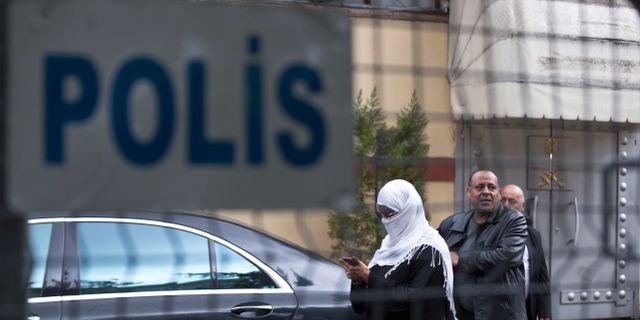 Besökare lämnar Saudiarabiens konsulat i turkiska Istanbul på måndagen. Den saudiske journalisten Jamal Khashoggi misstänks ha mördats inne på konsulatet, något som västvärlden anklagar det saudiska kungahuset för att stå bakom.  Petros Giannakouris / TT NYHETSBYRÅN/ NTB Scanpix