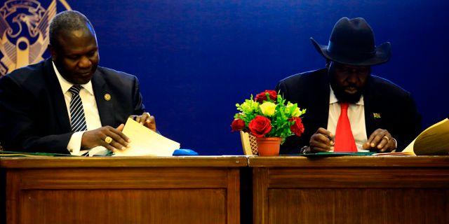 Riek Machar och Salva Kiir under förhandlingarna. ASHRAF SHAZLY / AFP