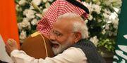 Narendra Modi kramar om Mohammed bin Salman.  ADNAN ABIDI / TT NYHETSBYRÅN