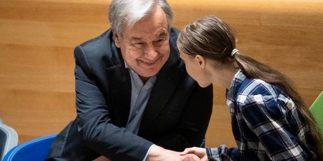 António Guterres skakar hand med Greta Thunberg.  Pontus Lundahl/TT / TT NYHETSBYRÅN