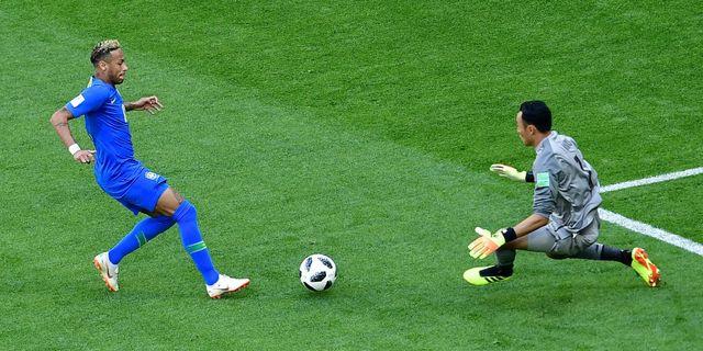 Neymar med Costa Ricas målvakt Keylor Navas. GIUSEPPE CACACE / AFP