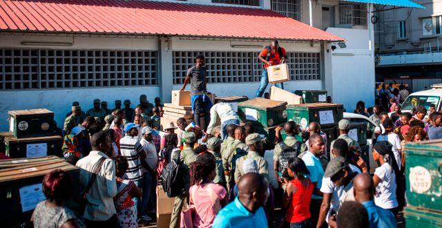 Valsedlar anländer till en vallokal i Beira i Moçambique. PATRICK MEINHARDT / PATRICK MEINHARDT