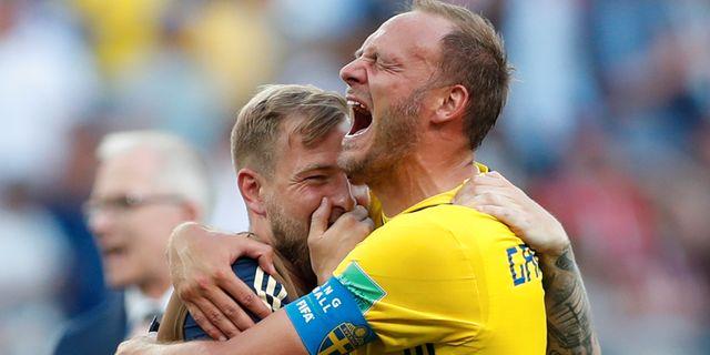 Andreas Granqvist och John Guidetti kramas efter  Sveriges seger. MATTHEW CHILDS / TT NYHETSBYRÅN