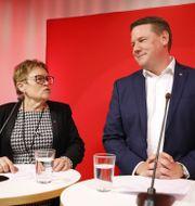 Valberedningens ordförande Elvy Söderström med Tobias Baudin.  Christine Olsson/TT / TT NYHETSBYRÅN