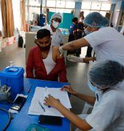 Vårdpersonal vaccineras i indiska Ahmedebad. Ajit Solanki / TT NYHETSBYRÅN