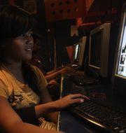 Internetkafé i Jakarta. Tatan Syuflana/TT