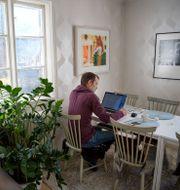 En man arbetar från sitt hemmakontor. Jessica Gow/TT / TT NYHETSBYRÅN