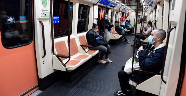 Spanjorer på tunnelbanan i Madrid idag. JAVIER SORIANO / TT NYHETSBYRÅN