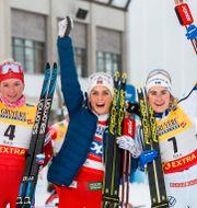 Tatiana Sorina, Therese Johaug och Ebba Andersson firar efter loppet TOMI HÄNNINEN / BILDBYRÅN