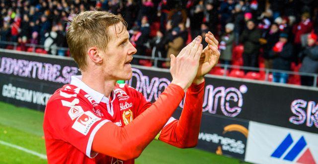 Rasmus Elm tackar publiken efter kvalsegern. SUVAD MRKONJIC / BILDBYRÅN