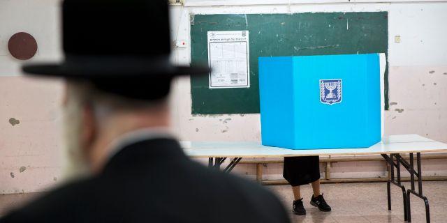 Ultraortodoxa väljare i vallokal i Bnei Brak, Israel, i tisdags. Oded Balilty / TT NYHETSBYRÅN/ NTB Scanpix