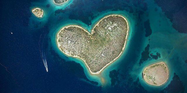 Den pyttelilla ön Galešnjak i Kroatien skapar uppståndelse bland kärlekspar. Wikicommons