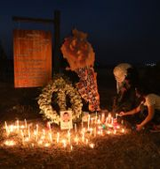 Sörjande tänder ljus för dem som dog i explosionen.  Bilal Hussein / TT NYHETSBYRÅN