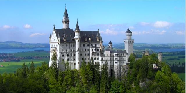 Disney använde slottet Neuschwanstein som förebild när de skapade Törnrosas slott. Neuschwanstein
