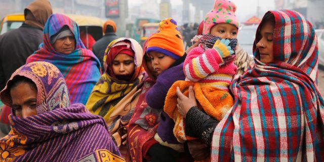 Kvinnor klädda i ull denna kalla morgon i Lucknow, Indien.  Rajesh Kumar Singh / TT NYHETSBYRÅN