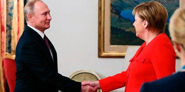 Vladimir PUtin och Angela Merkel. Mikhail Klimentyev / TT NYHETSBYRÅN/ NTB Scanpix