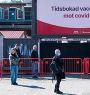 Människor i Stockholm väntar på att få vaccin, 16 april.  Carl-Olof Zimmerman/TT / TT NYHETSBYRÅN