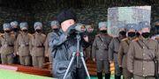 Nordkoreas ledare Kim Jong-Un inspekterar en militärövning.  TT NYHETSBYRÅN