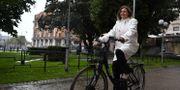Isabella Lövin på en elcykel. Erik Simander / TT / TT NYHETSBYRÅN