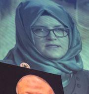 Hatice Cengiz, Jamal Khashoggis fästmö, håller upp en bild på den mördade journalisten. J. Scott Applewhite / TT NYHETSBYRÅN/ NTB Scanpix