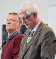 Socialstyrelsens Taha Alexandersson bredvid Tegnell och Folkhälsomyndighetens Johan Carlson. Schulman.  TT