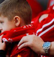 En ung Liverpoolsupporter på Anfield idag. PHIL NOBLE / BILDBYRÅN