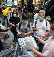 Hongkongbor köar för att köpa det sista numret av Apple Daily.  Vincent Yu / TT NYHETSBYRÅN