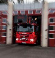 Illustrationsbild på brandbil som lämnar ett garage under utryckning. Pontus Lundahl/TT / TT NYHETSBYRÅN