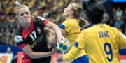 Tysklands Anne Höbinger och Sveriges Isabelle Gulldén i närkamp under onsdagens match. Björn Larsson Rosvall/TT / TT NYHETSBYRÅN