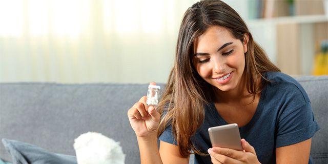 Med Kronan Apoteks app får du påminnelser om när läkemedlet finns att hämta ut och när receptet måste förnyas. Colourbox