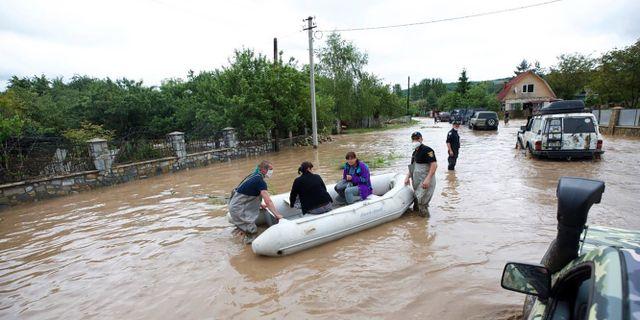 Boende i västligt belägna Ivano-Frankivsk blir evakuerade av räddningspersonal. TT NYHETSBYRÅN