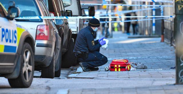 Polisens kriminaltekniker på plats efter att en man i 50-årsåldern skjutits ihjäl på Södra Skolgatan vid Möllevångstorget i centrala Malmö Johan Nilsson/TT / TT NYHETSBYRÅN