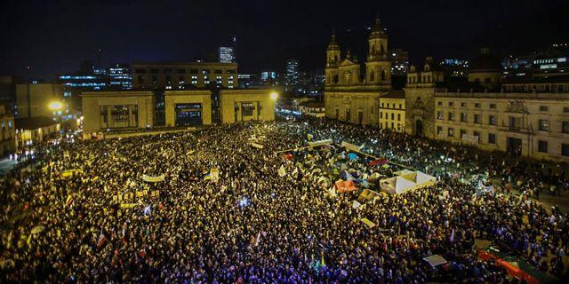 Tusentals pa flykt fran strider i colombia