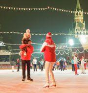 Kremls talesperson Dmitri Pskov, tillsammans med sin fru, konståkaren Tatjana Navka, åker skridskor på isbanan på Röda torget i Moskva i helgen  Pavel Golovkin / TT NYHETSBYRÅN
