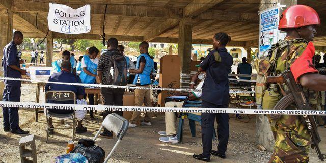 Flera beväpnade vakter vid vallokalerna i Sierra Leone.  ISSOUF SANOGO / AFP