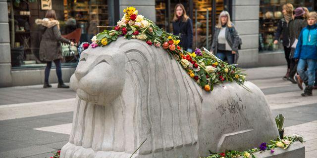 Stockholmare har lagt ut blommor vid Åhléns City, de nya stenlejonen och på trappan vid Sergels torg med anledning av årsdagen av terrordådet 7:e april 2017. Claudio Bresciani/TT / TT NYHETSBYRÅN