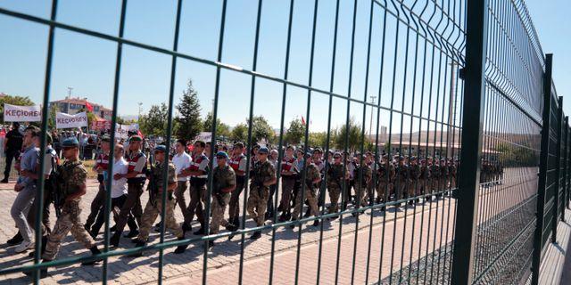 Paramilitär polis eskorterar misstänkta bakom kuppförsöket. Arkivbild från 2017.  Burhan Ozbilici / TT NYHETSBYRÅN