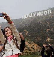 Turster vid Hollywoodskylten i Los Angeles. Illustrationsbild Jae C. Hong / TT NYHETSBYRÅN