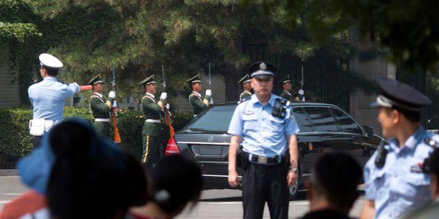 En bil med liknande guldemblem som den Kim Jong-Un brukar resa med syns här i Peking under morgonen.  Ng Han Guan / TT / NTB Scanpix