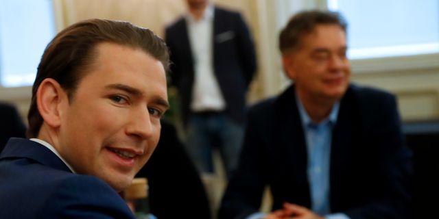 Sebastian Kurz med ledaren för De gröna, Werner Kogler, i bakgrunden.  Leonhard Foeger / TT NYHETSBYRÅN