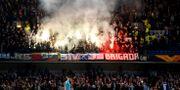 Malmö FF-fansen bränner pyroteknik mot Chelsea. TONY O'BRIEN / BILDBYRÅN