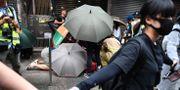 Demonstranter formar en kedja vid protesterna i Hongkong i helgen. ANTHONY WALLACE / AFP